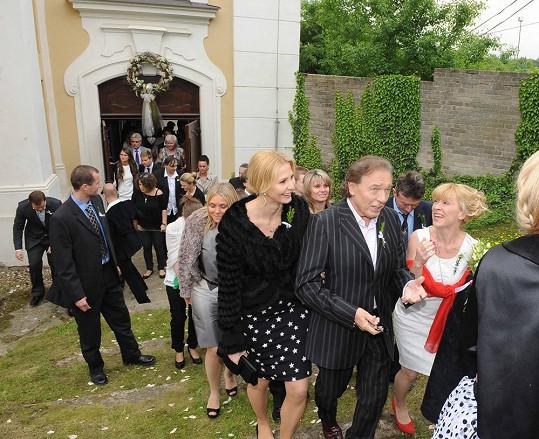 Svatebčané vychází z kostela.