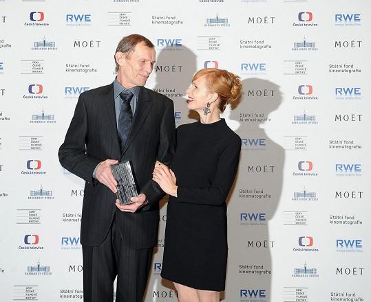 Předávala cenu Jiřímu Schmitzerovi.