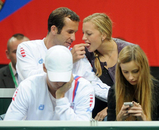 Radek svoji lásku během tenisu krmil.