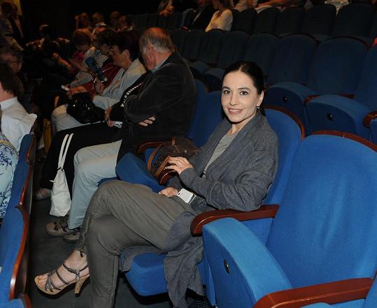 Do divadla ale přišla sama.