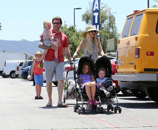 Nakupování patří k častým aktivitám početné rodinky.