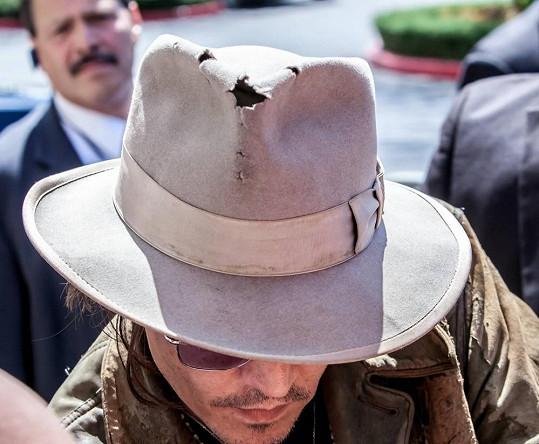 Detail hercova klobouku v rozkladu.