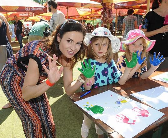 Hanka s dcerami na dětském odpoledni Kočárkem Prahou.