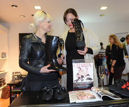 Herečka se stala jednou z tváří obuvi navržené spisovatelkou, jejíž výtěžek z prodeje jde na charitu.
