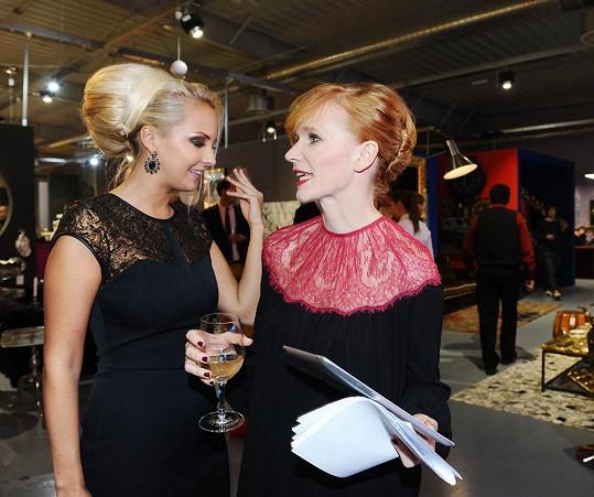 Lucie Špaková na párty s obřím drdolem a Aňou Geislerovou