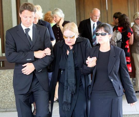Jana Brejchová na pohřbu Jiřího Zahajského v doprovodu dcery Terezy a zetě Herberta Slavíka