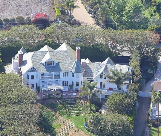 Do tohoto domu přivedou herci kromě dcery i dvojčata.