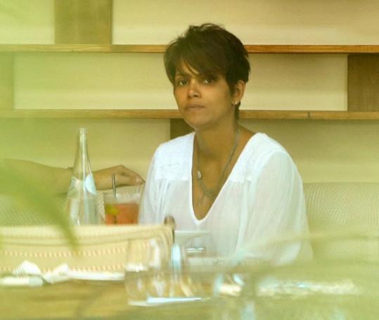 Halle Berry v bistru v Beverly Hills