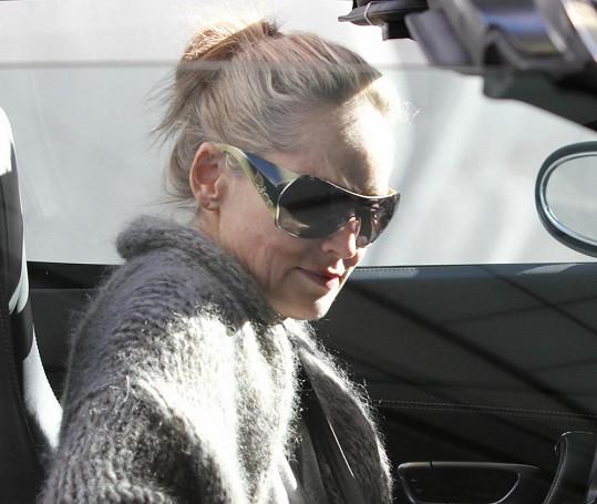 Sharon po obědě odjíždí svým luxusním vozem.
