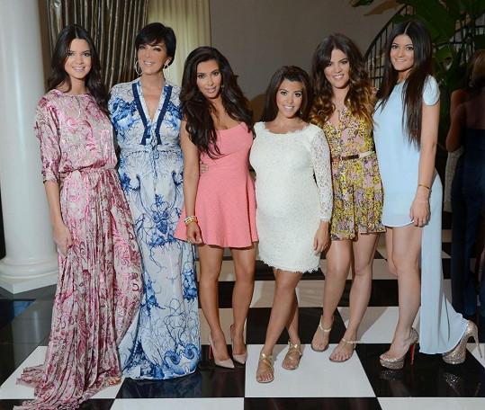 Všechny krásky ze slavného klanu pohromadě. Zleva: Kendall Jenner, maminka Kris Jenner, Kim Kardashian, Kourtney Kardashian, Khloé Kardashian a Kylie Jenner.