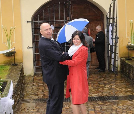 Producent Pavel Pásek s manželkou. Přišel s prázdnou prkenicí.