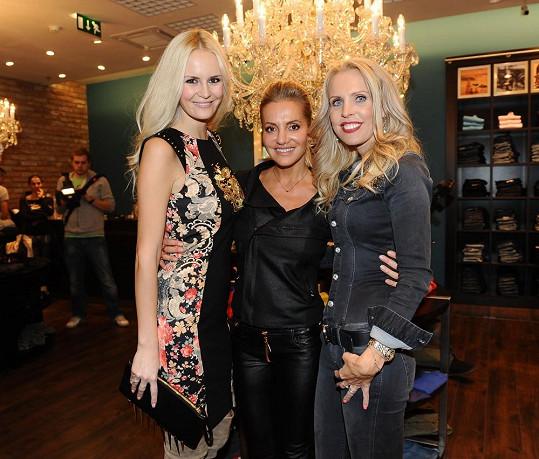 Lucie Hadašová a Dara Rolins s Gábinou Bendovou, která je sestrou hokejisty Jardy Bednáře.
