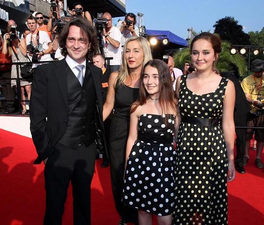 V roce 2010 je do Karlových Varů doprovodily dcery.