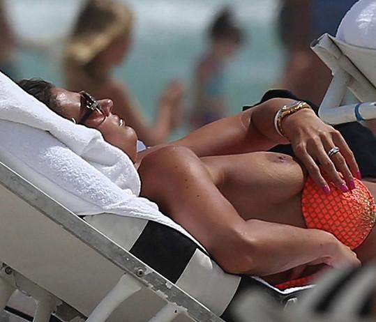 Barbora Lovasová odhodila horní díl plavek a užívala si slunečních paprsků.