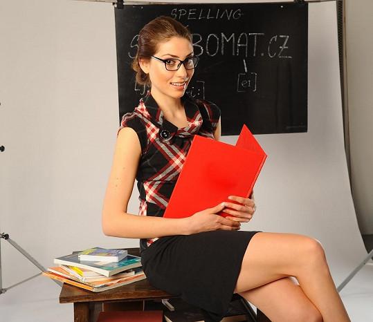 Spíš než do role učitelky se Denisa vžívá do úlohy pilné studentky.