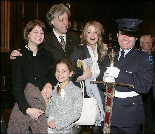 Bob Geldof s Peaches a Pixie (vlevo) a Tiger (dole), kterou počala jeho exmanželka Paula Yates s Michaelem Hutchencem.