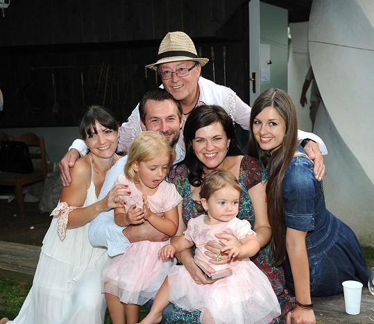 Petr Janda obklopený všemi svými dcerami, nejstarší Martou, Eliškou z druhého manželství a Anežou a Rozárkou, které mu porodila jeho třetí žena Alice.