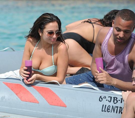 V modrých plavečkách vábila z jachty na dálku.
