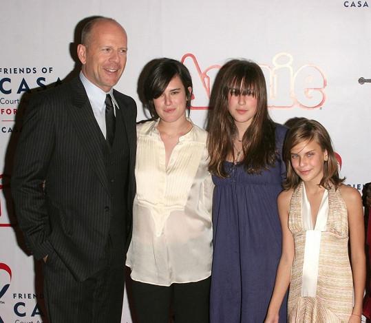 Bruce Willis na starší fotografii se třemi dcerami, které má s Demi Moore.