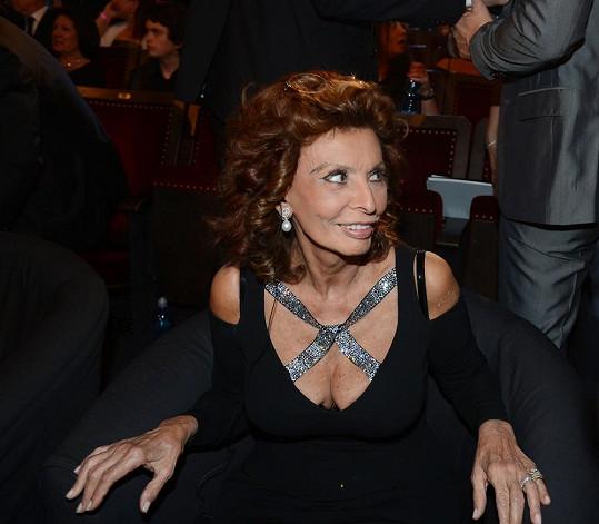 Sophia Loren si obklékla odvážné šaty.