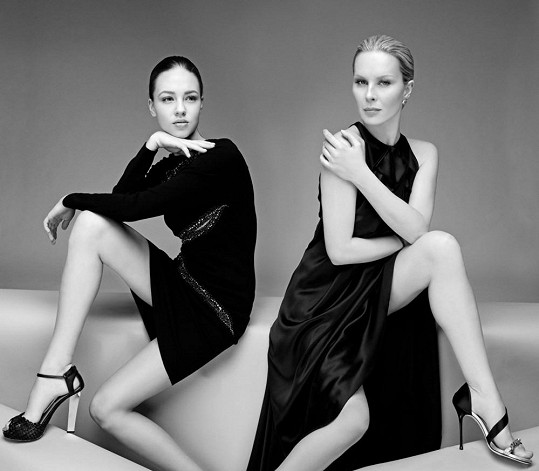 Modelky se chlubí neskutečně dlouhýma nohama.