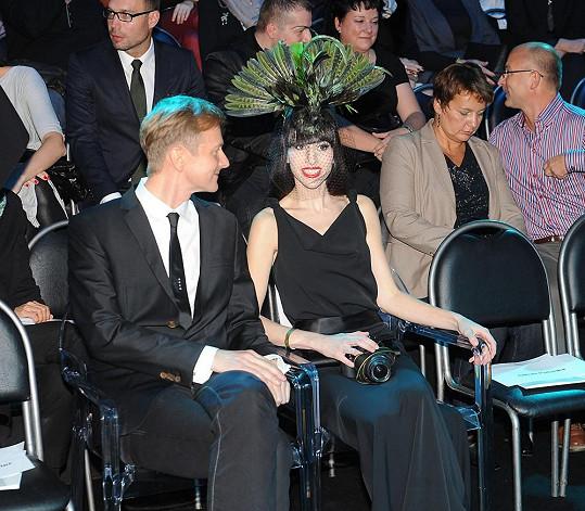 Ina Tina v první řadě vedle hlavního organizátora večera Václava Dejčmara na jedné z předchozích módních akcí