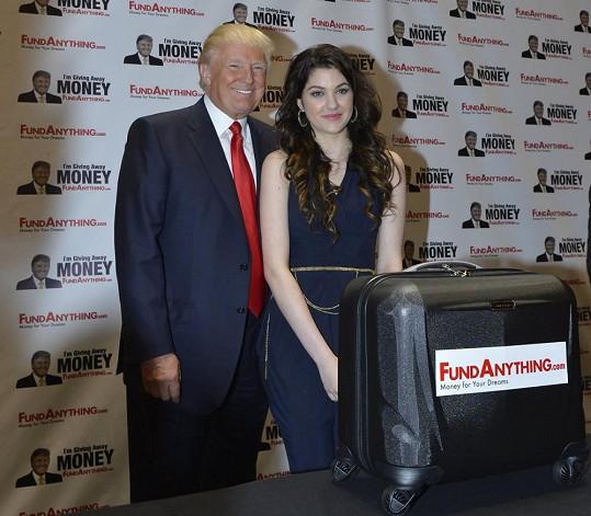 Donald Trump se rozhodl podpořit zpěvaččin talent a na rozvoj mezinárodní kariéry jí věnoval pětadvacet tisíc amerických dolarů.