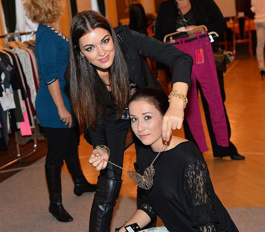 Jitka Válková radila finalistce Miss Junior se šperky.