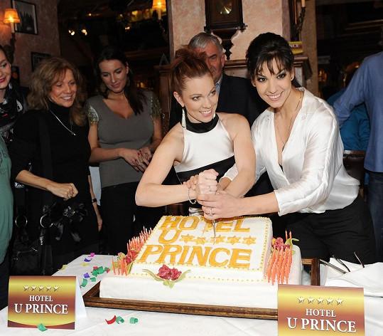 Při krájení dortu s Míšou Noskovou si Marta dávala velký pozor na bujný výstřih.