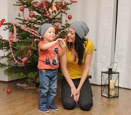 Agáta se synem u vánočního stromku.