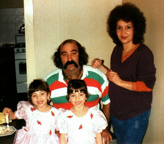 S rodiči Luigim a Jeannou DeCinque jako čtyřleté.