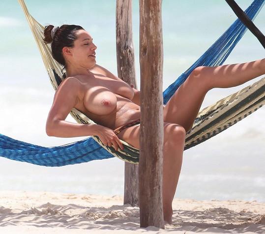 Modelka a herečka relaxovala na hamace.