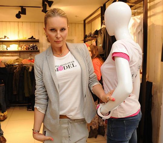 Simona Krainová v roli módní návrhářky.