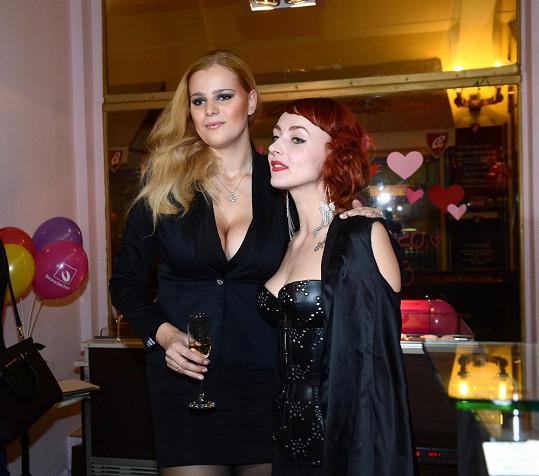 Ornella s burleskní umělkyní (luxusní striptérkou) Terezou Miou