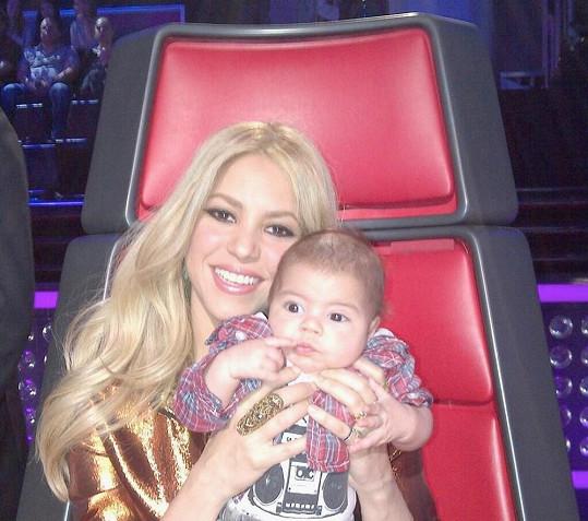 Shakira se synem během natáčení soutěže The Voice.