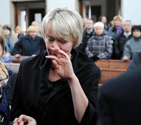 Vdova Marta Bobková se statečně držela, dojetí ji však přemohlo.