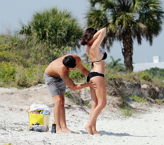 Namazat krémem, či smést písek... O to všechno se Ricky postará.