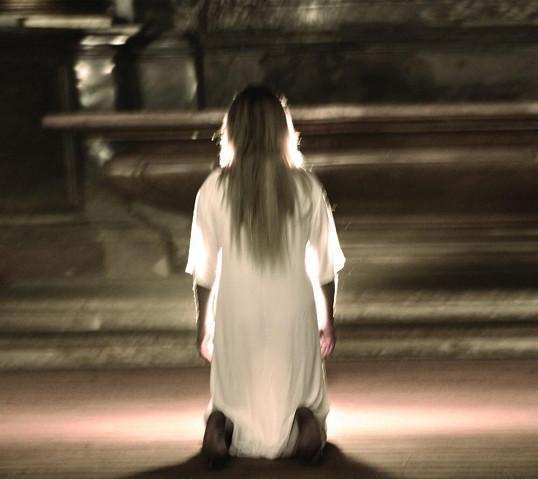 Bosá si klekla před oltář.
