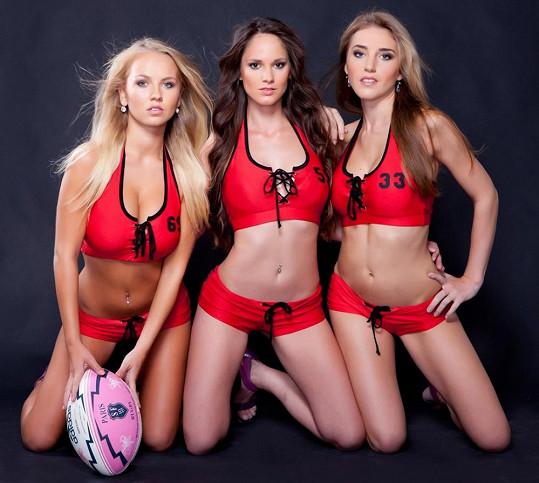 Kdo by hleděl na ragbyový míč, když se může kochat dívkami?