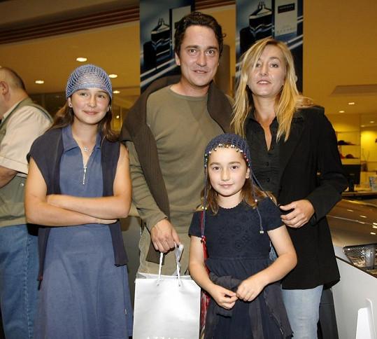 Osm let starý snímek zachycuje šťastnou rodinku (2006).