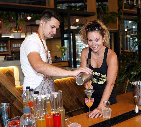 Na otevření restaurace si vyzkoušela namíchat koktejl.