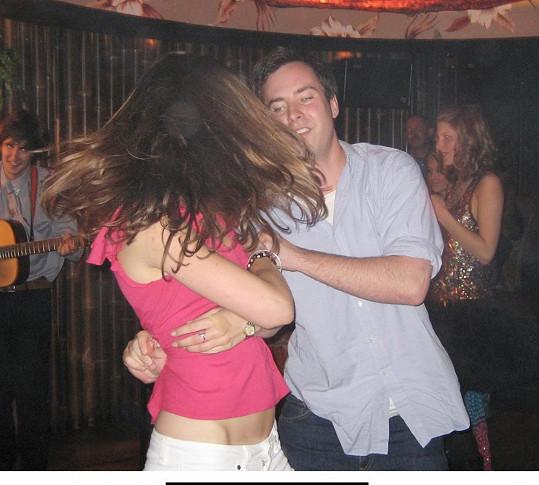 Kate tančí s mladým milionářem a Williamovým kamarádem Jamiem Murraym Wellsem v Mahiki.