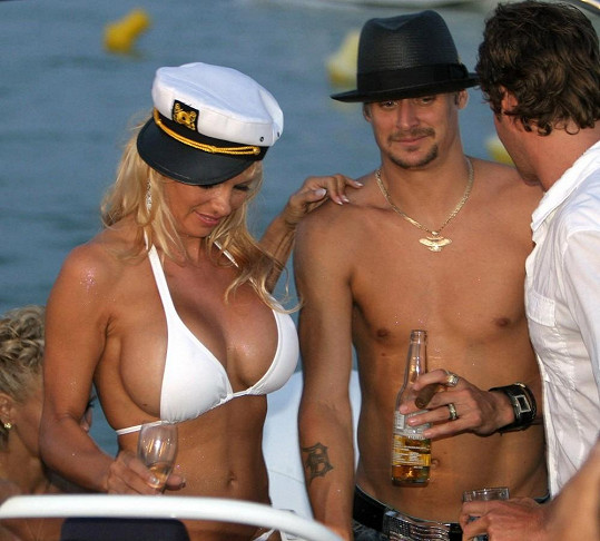 Bílé plavky má Anderson s tímto prostředím zřejmě podvědomě spojené. Vdávala se v nich v roce 2006 za Kida Rocka.