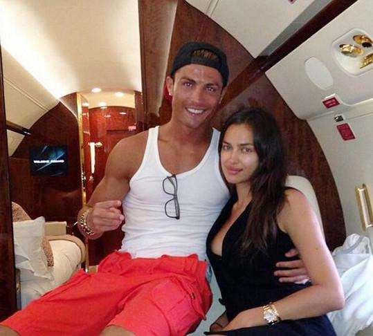 Irina a Cristiano během letu na dovolenou.