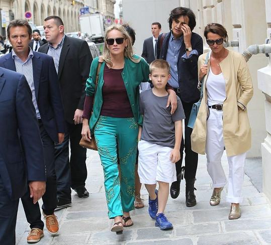 Sharon se synem a se zbytkem skupiny