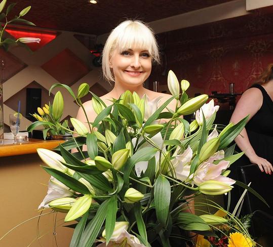 Bára dostala ohromnou kytici lilií.