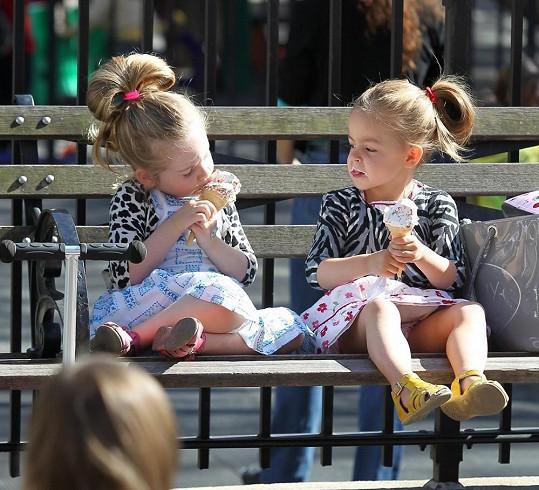 Marion a Tabitha se osvěžovaly zmrzlinou...