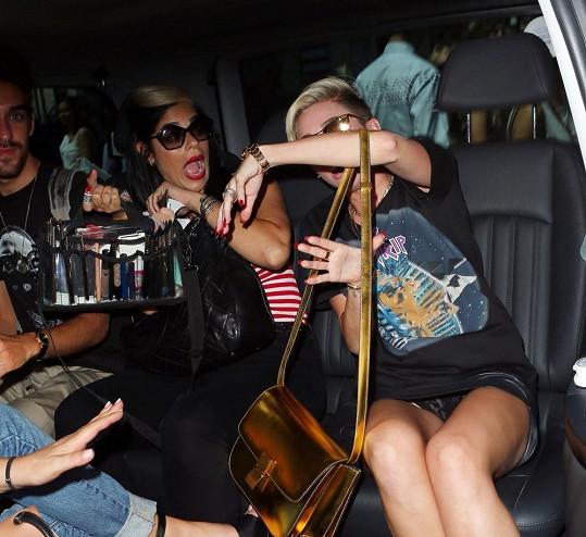 Miley Cyrus si neuvědomila, na jaké místo jí fotografové míří.