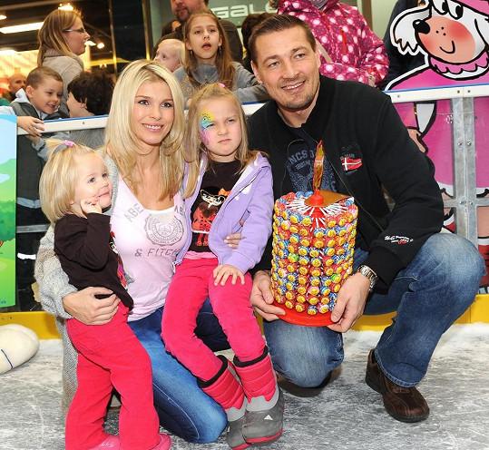 Romana s manželem Petrem a dcerami v pražském Europarku.