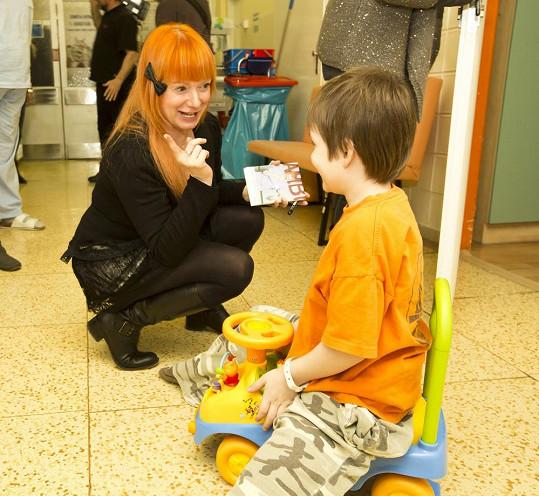 Bára Štěpánová přinesla dětem do krčské nemocnice dárky.